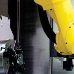 CNC machine met robots beladen